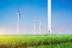 Ветротурбины под голубым небом Производить ветротурбин избирает Стоковые Изображения