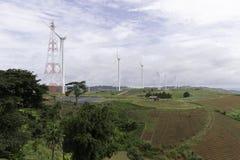 Ветротурбины производя электричество, ландшафт с farmin шага стоковые изображения rf
