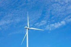 Ветротурбины производя электричество с голубым небом стоковая фотография