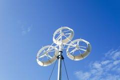 Ветротурбины производя электричество с голубым небом стоковое изображение rf