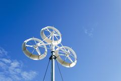 Ветротурбины производя электричество с голубым небом Стоковое фото RF