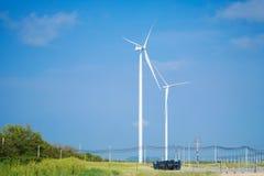 Ветротурбины производя электричество с голубым небом стоковые изображения