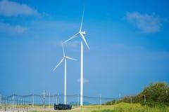 Ветротурбины производя электричество с голубым небом стоковые фото