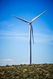 Ветротурбины производя электричество на ветреный солнечный день стоковая фотография