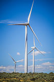 Ветротурбины производя электричество на ветреный солнечный день стоковые фото