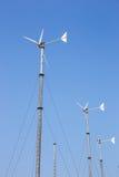 Ветротурбины производя электричество на горе с голубым небом на Koh Larn Стоковое фото RF
