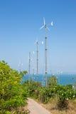 Ветротурбины производя электричество на горе с голубым небом на Koh Larn Стоковое Изображение RF
