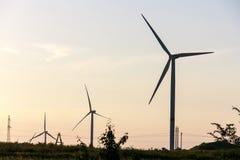 Ветротурбины производя электричество на предпосылке неба стоковое фото rf