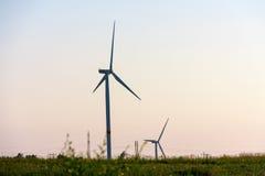Ветротурбины производя электричество на предпосылке неба стоковые изображения
