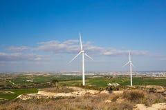 Ветротурбины производя электричество с голубым небом - концепцию сбережений энергии Стоковое Изображение RF