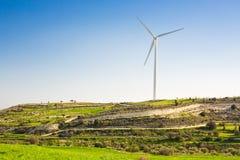 Ветротурбины производя электричество с голубым небом - концепцию сбережений энергии Стоковые Фотографии RF