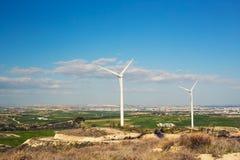 Ветротурбины производя электричество с голубым небом - концепцию сбережений энергии стоковая фотография rf
