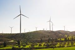 Ветротурбины производя электричество с голубым небом - концепцию сбережений энергии стоковая фотография