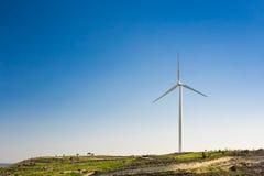 Ветротурбины производя электричество с голубым небом - концепцию сбережений энергии стоковые изображения rf