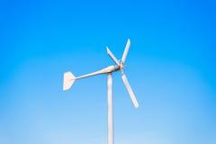 Ветротурбины производя электричество с голубым небом стоковые фотографии rf