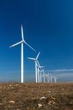 Ветротурбины против голубого неба производя электричество Стоковая Фотография RF