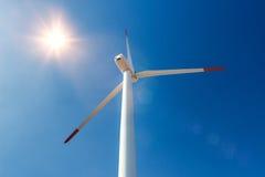 Ветротурбины против голубого неба производя электричество Стоковое Фото