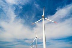 Ветротурбины против голубого неба производя электричество Стоковые Изображения RF