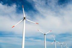 Ветротурбины против голубого неба производя электричество Стоковое фото RF