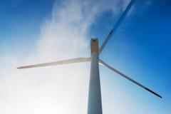 Ветротурбины против голубого неба производя электричество Стоковые Фото