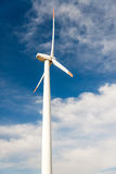Ветротурбины против голубого неба производя электричество Стоковое Изображение