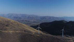 Ветротурбины создают стояк водяного охлаждения возобновляющей энергии электростанции в предпосылке акции видеоматериалы