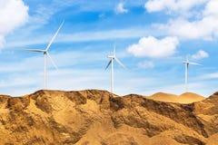 Ветротурбины стоя в пустыне Стоковая Фотография RF