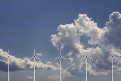 Ветротурбины с небом и облаками на предпосылке Стоковое Изображение RF
