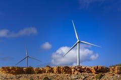 2 ветротурбины с ярким голубым небом как космос предпосылки и экземпляра Стоковое Фото
