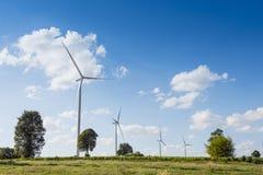 Ветротурбины для genertating электричества с голубым небом Стоковое Фото