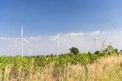 Ветротурбины для genertating электричества с голубым небом Стоковое фото RF