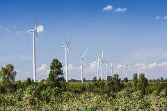 Ветротурбины для genertating электричества с голубым небом Стоковая Фотография RF