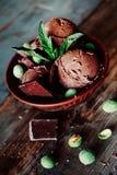 3 ветроуловителя темного sundae мороженого шоколада с листьями мяты Стоковые Фотографии RF