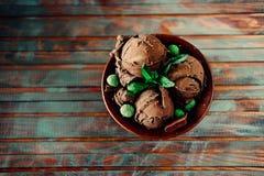3 ветроуловителя темного sundae мороженого шоколада с листьями мяты Стоковое Изображение