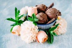 3 ветроуловителя темного sundae мороженого шоколада с сладостной флорой Стоковая Фотография RF
