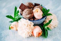 3 ветроуловителя темного sundae мороженого шоколада с сладостной флорой Стоковые Изображения RF
