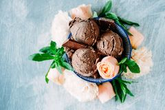 3 ветроуловителя темного sundae мороженого шоколада с сладостной флорой Стоковое Изображение RF