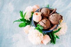 3 ветроуловителя темного sundae мороженого шоколада с сладостной флорой Стоковые Фото