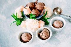 3 ветроуловителя темного sundae мороженого шоколада с сладостной флорой Стоковое Фото