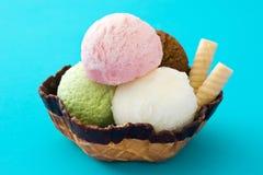 Ветроуловители мороженого служили в корзине waffle на сини стоковые фото