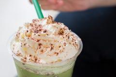 Ветроуловитель взбил сливк на зеленом чае Frappucino Стоковое Фото