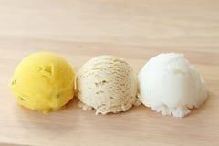 Ветроуловитель мороженого для вегетарианца на деревянной плите Стоковые Фото