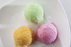 Ветроуловитель очень вкусного реального свежего мороженого в вкусе манго, клубники и фисташки Стоковая Фотография