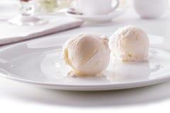 2 ветроуловителя мороженого на белом конце-вверх плиты Стоковые Фото