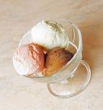 3 ветроуловителя мороженого шоколада, клубники и ванили в g Стоковые Изображения RF