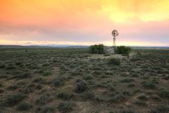 Ветрянка водяной помпы на засушливой обрабатываемой земле Стоковое Изображение RF