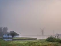 Ветрянка в тумане Стоковые Фотографии RF