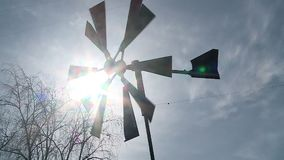 Ветрянка закручивая против неба акции видеоматериалы