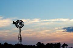 ветрянка захода солнца фермы сельская Стоковое Изображение