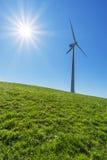 Ветрянка и солнце с голубым небом Стоковая Фотография RF
